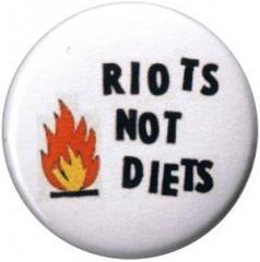 """Zum 25mm Magnet-Button """"Riots not diets"""" für 1,95 € gehen."""