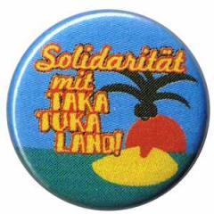 """Zum 25mm Magnet-Button """"Solidarität mit Taka Tuka Land"""" für 1,95 € gehen."""