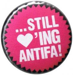 """Zum 25mm Magnet-Button """"Still loving Antifa"""" für 2,00 € gehen."""