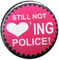 """Zum 25mm Magnet-Button """"Still not loving Police!"""" für 2,00 € gehen."""