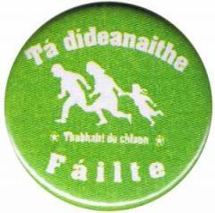 """Zum 25mm Magnet-Button """"Tá dídeaenaithe Fáilte - Thabhairt do chlann"""" für 2,00 € gehen."""