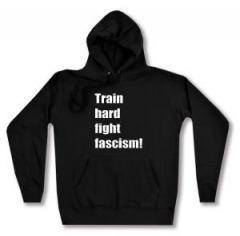 """Zum taillierter Kapuzen-Pullover """"Train hard fight fascism !"""" für 27,29 € gehen."""
