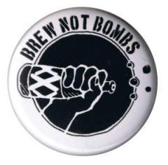 """Zum 37mm Button """"Brew not Bombs"""" für 1,00 € gehen."""