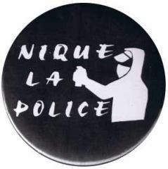 """Zum 37mm Button """"Nique La Police"""" für 1,00 € gehen."""