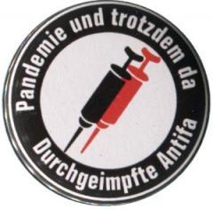 """Zum 37mm Button """"Pandemie und trotzdem da - Durchgeimpfte Antifa"""" für 1,00 € gehen."""