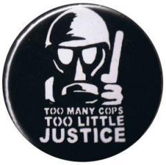 """Zum 37mm Button """"Too many Cops - Too little Justice"""" für 1,00 € gehen."""
