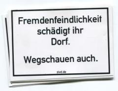 """Zum Aufkleber-Paket """"Fremdenfeindlichkeit schädigt ihr Dorf. Wegschauen auch."""" für 1,80 € gehen."""