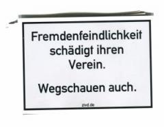 """Zum Aufkleber-Paket """"Fremdenfeindlichkeit schädigt ihren Verein. Wegschauen auch."""" für 1,95 € gehen."""