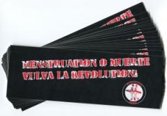"""Zum Aufkleber-Paket """"Menstruation o muerte"""" für 1,80 € gehen."""