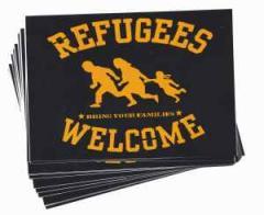 """Zum Aufkleber-Paket """"Refugees welcome"""" für 1,75 € gehen."""